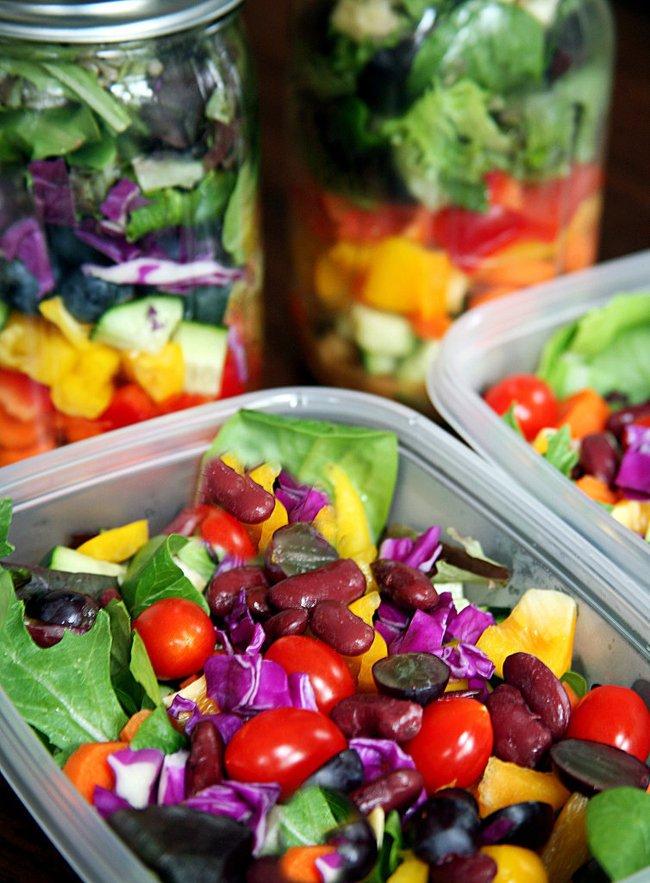 салат в пластмассовом контейнере