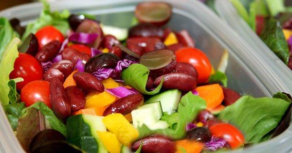 Надоело ежедневно делать салат? Этот уникальный рецепт обеспечит тебя свежим салатом на неделю!