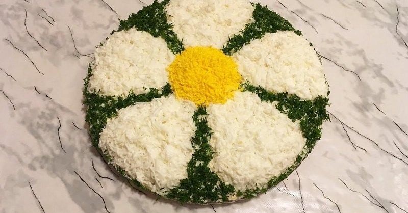 Салат с куриной печенью «Ромашка»: сытный, простой и в то же время праздничный