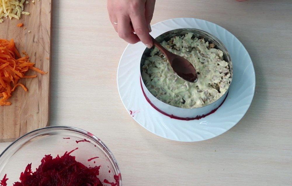 свекольный салат с черносливом и орехами