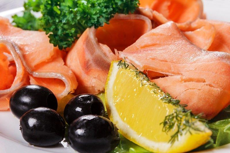 салат с красной рыбой в креманках