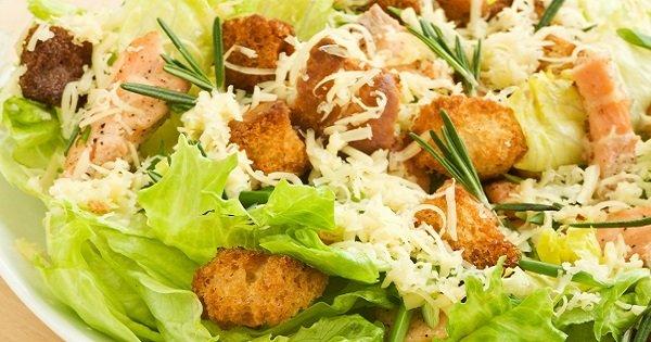 Простой и оригинальный салат с курицей, сыром и сухариками. А вкус — великолепный.