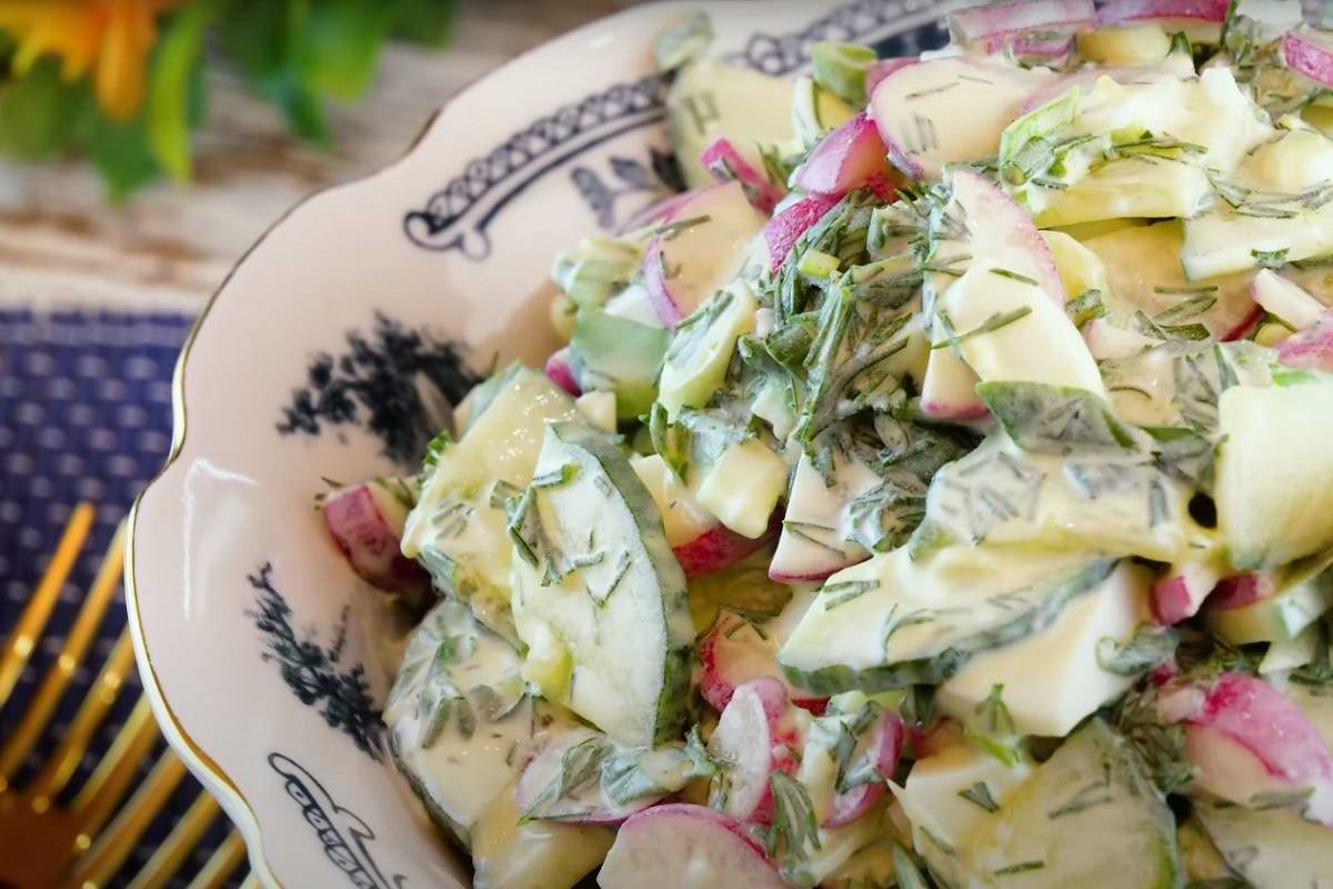 вкусный салат с редисом и огурцом