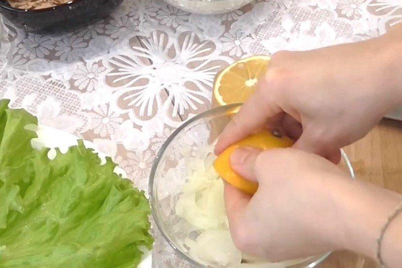 рыбный салат с рисом и огурцом