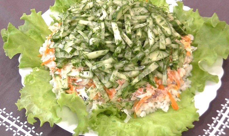 салат с консервой и рисом