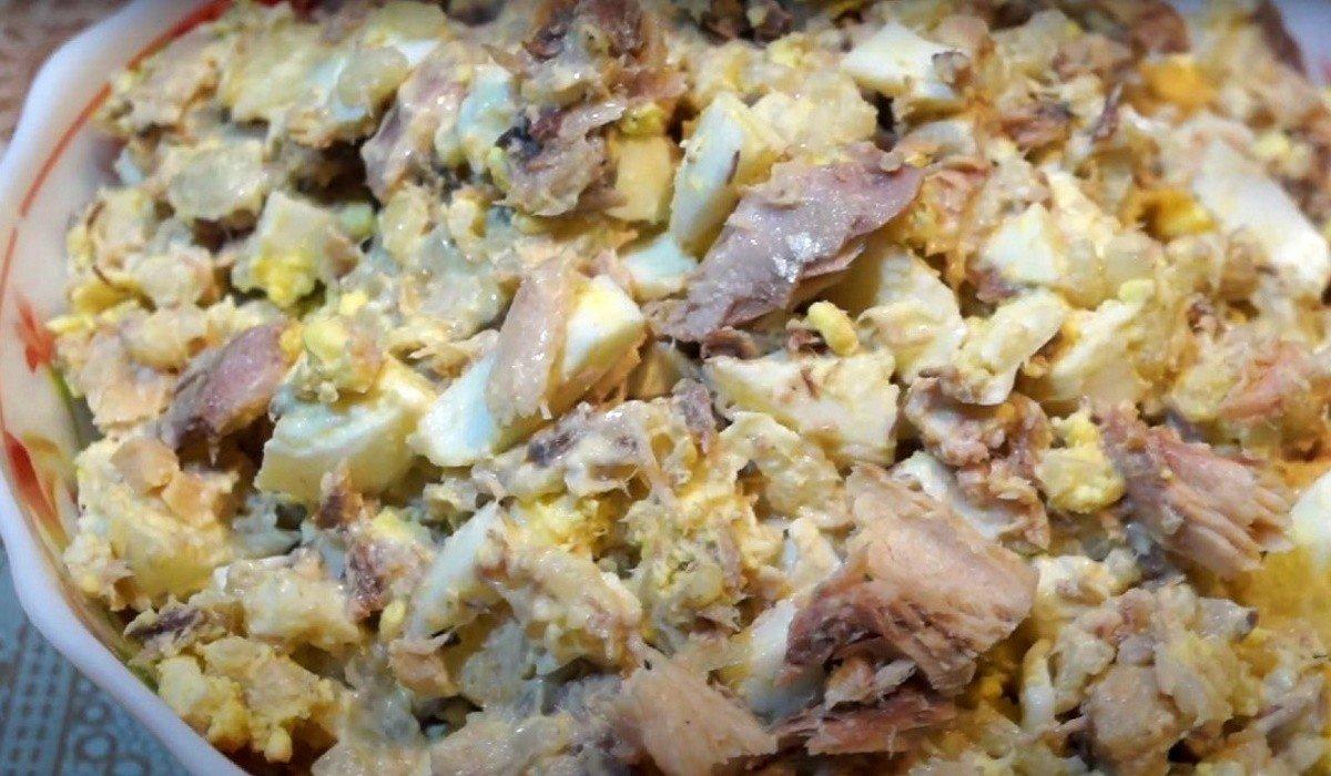Без парочки банок сайры из магазина не возвращаюсь, подсели на особенное блюдо из нее сайрой, салат, можно, чтобы, только, использовать, Сегодня, кубиками, столу, переложи, емкость, получаются, сайру, консервированную, рыбку, огурец, блюдо, майонезом, сайры, яйцом