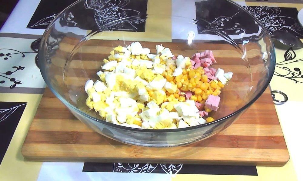 салат с мивиной и кукурузой