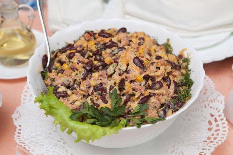 салат с фасолью и ветчиной и сыром