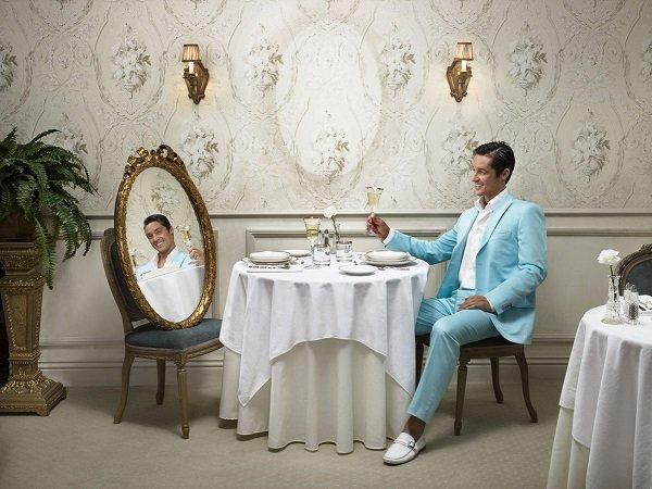 мужчина напротив зеркала