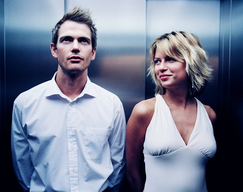 мужчина и женщина в лифте