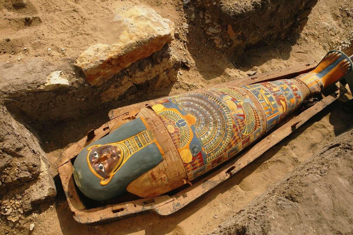 Что находится внутри недавно найденных саркофагов, две тысячи лет пролежавших в земле