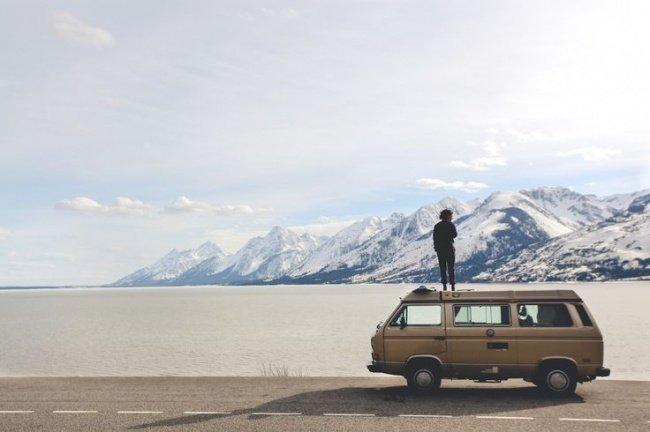 человек стоит на машине