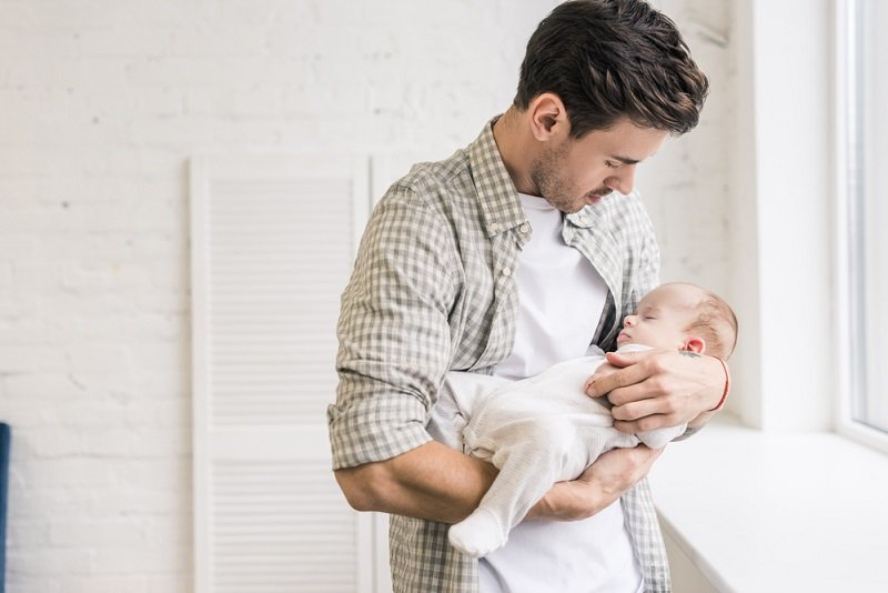 молодой отец и ребенок