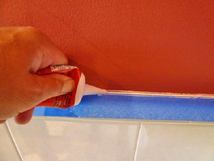 как заделать щель в ванной герметиком
