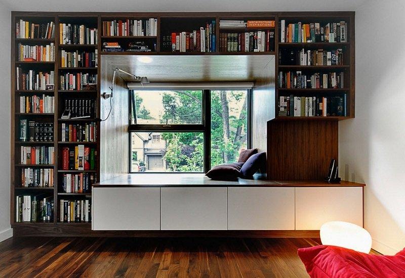 шкафы и полки вокруг окна