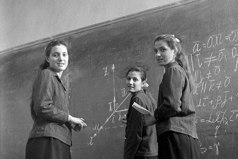 Была ли мода на скромность и как рожали школьницы в СССР
