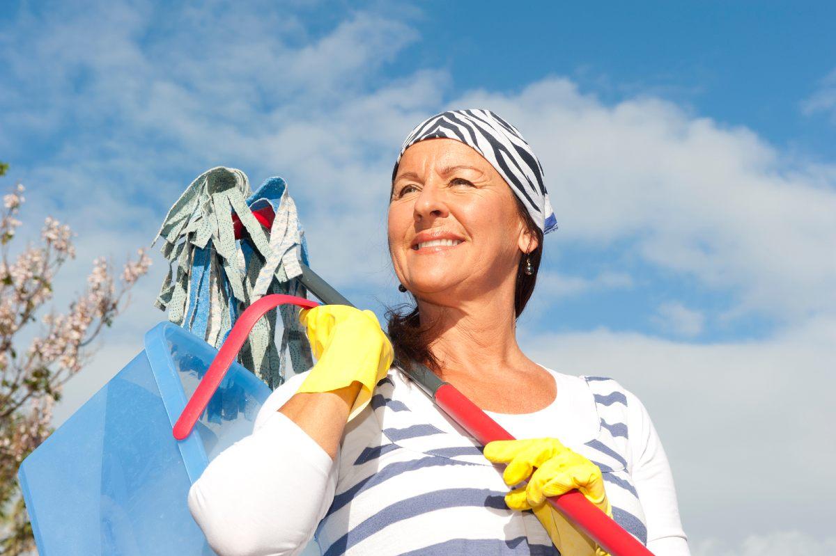 Получила первую зарплату и купила старикам швабру с отжимом, раньше мама мыла полы руками