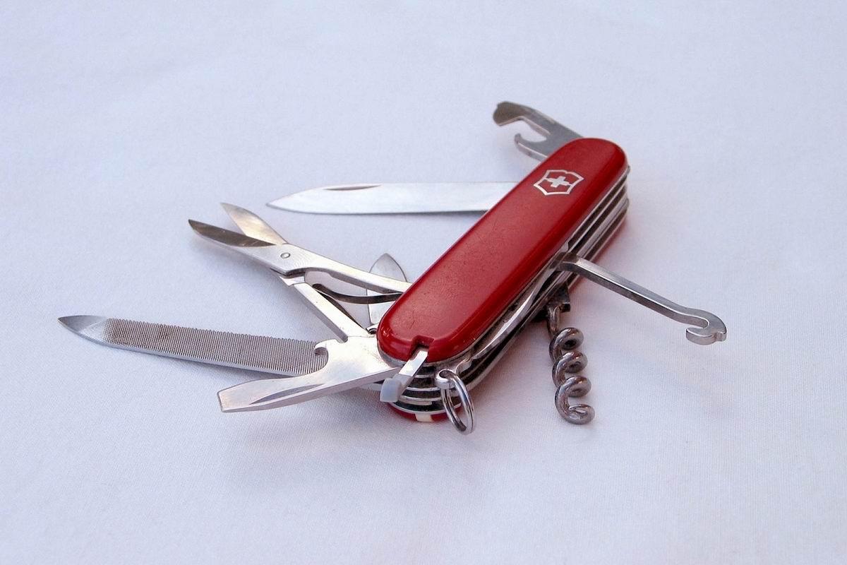 Для чего сделаны маленькие дырочки в швейцарском ноже