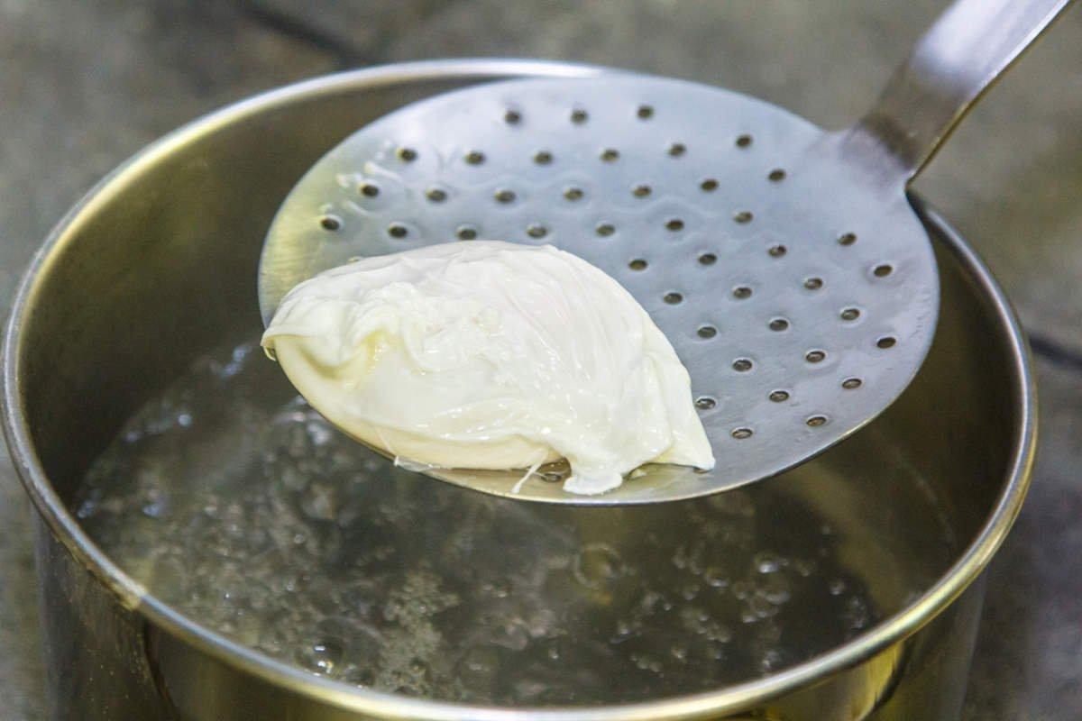 варить яйца без скорлупы