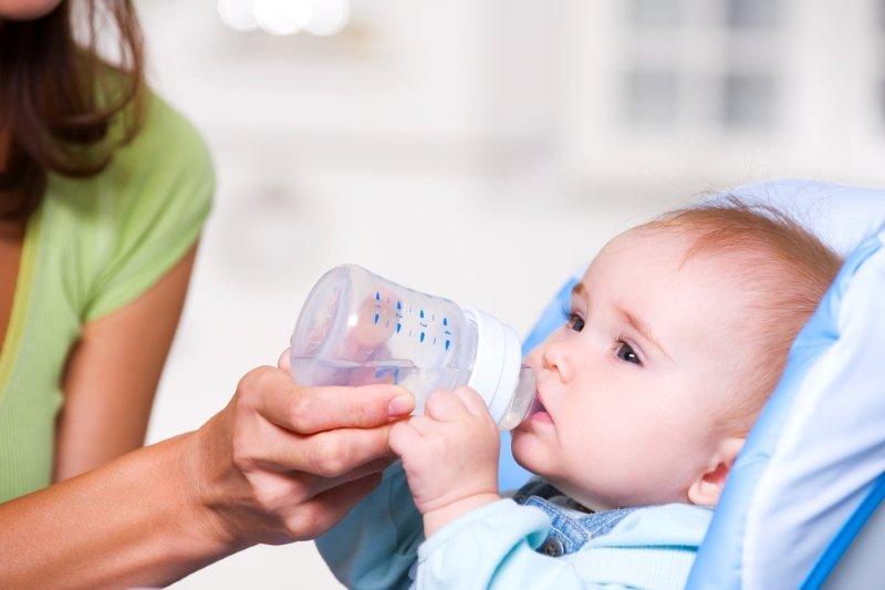 Западные педиатры запрещают до годика поить маленьких детей водой, и вот почему