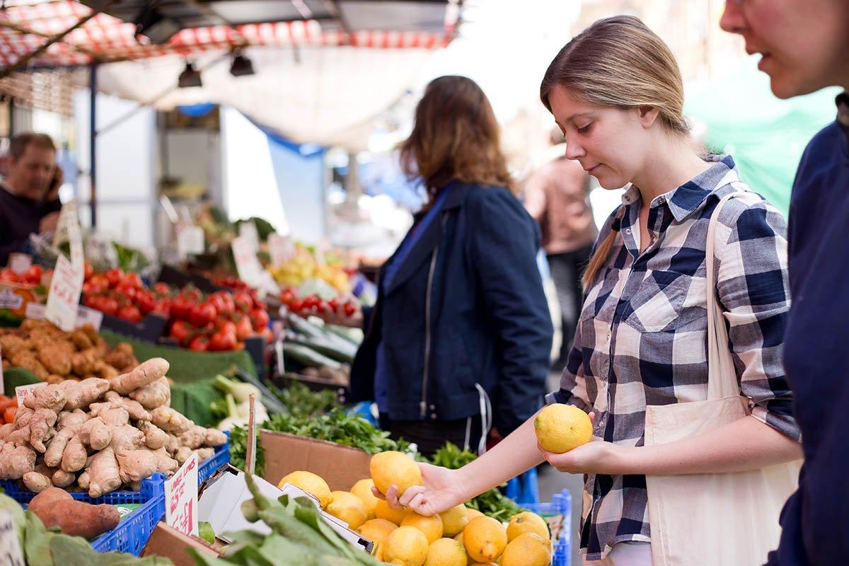 Почём продают домашние яйца и мясо украинские бабушки на рынке