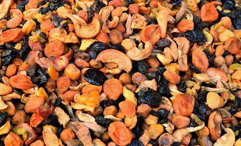 смесь сухофруктов с орехами
