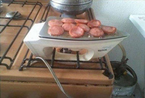 колбаса жарится на утюге