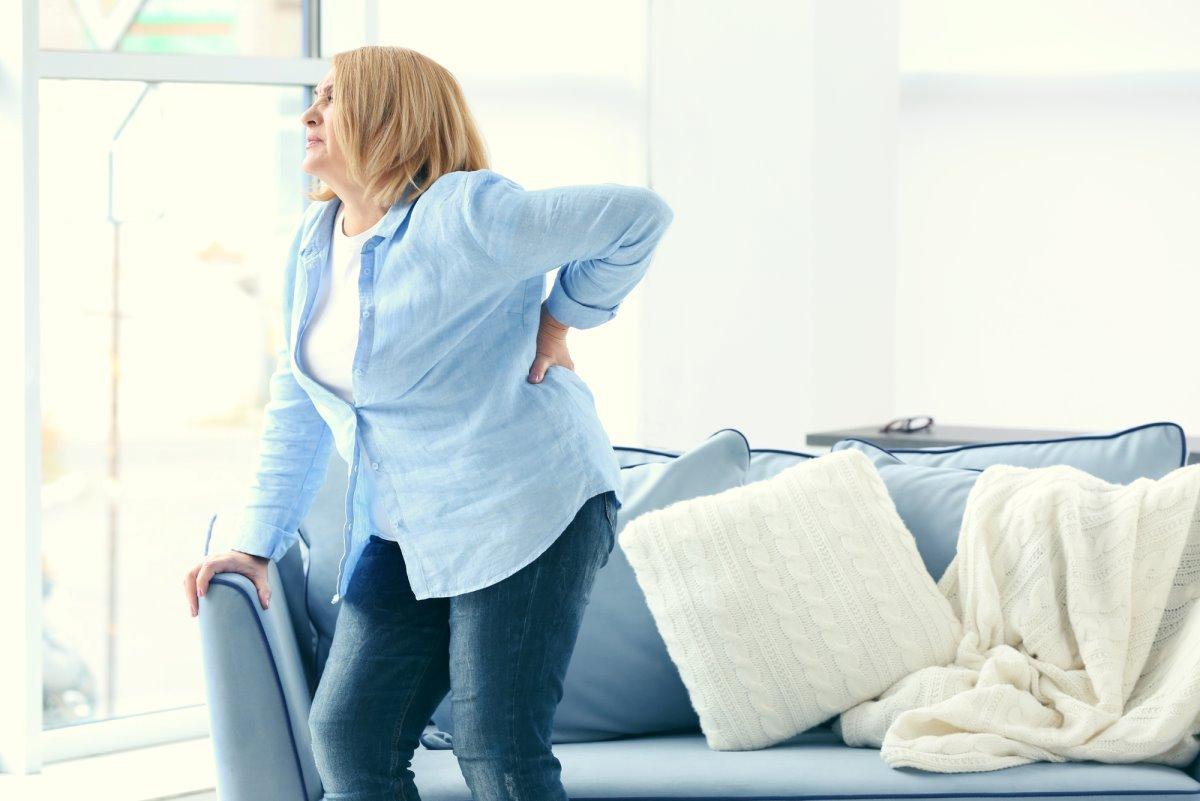 Бабушка согнулась уже в 40 лет, и мы узнали причину сгорбленной спины даже у молодых женщин мышцы, только, кальций, когда, спина, спины, много, начинает, человек, спиной, жизни, предотвратить, женщин, бабушка, согнулась, хорошего, тогда, должен, позвоночник, Каждый