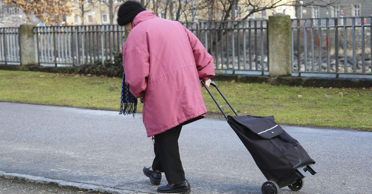 Согнутая спина в старости и как предотвратить печальный исход
