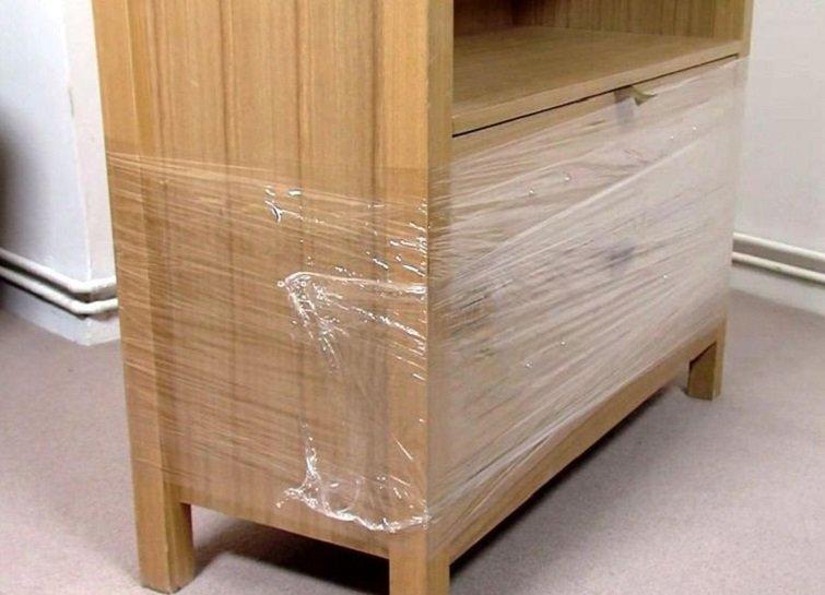 обмотанный пленкой шкаф