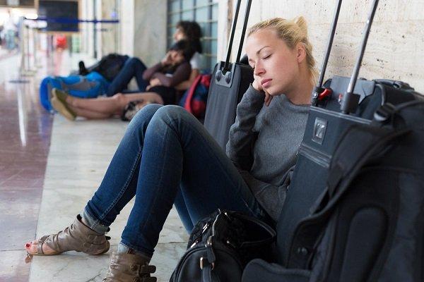 девушка спит в аэропорте