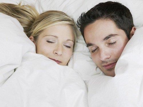 парень и девушка спят