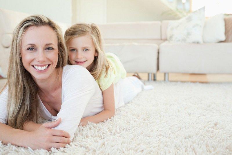 мама и дочка на ковре фото