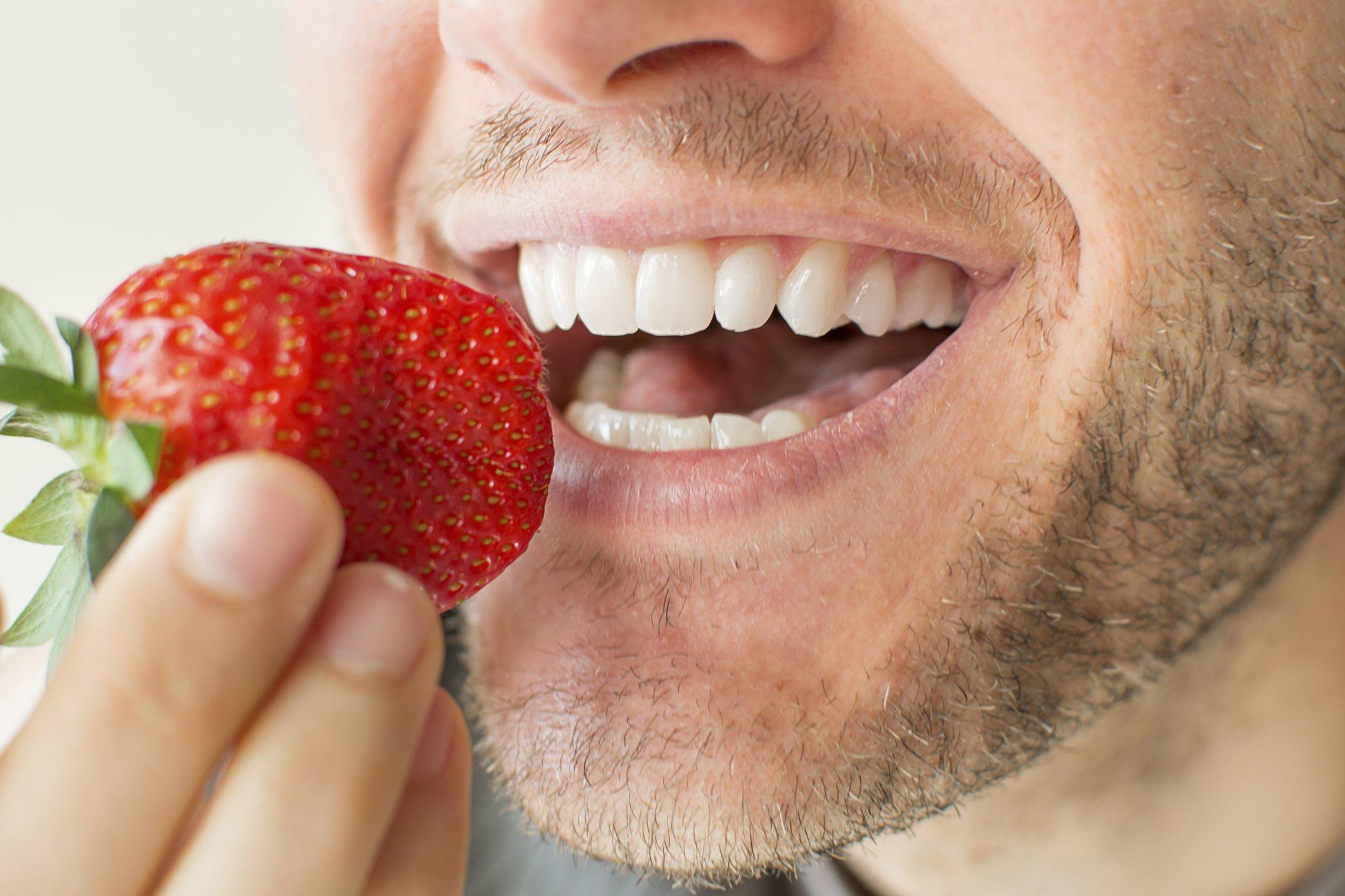 отбеливание зубов клубникой и содой
