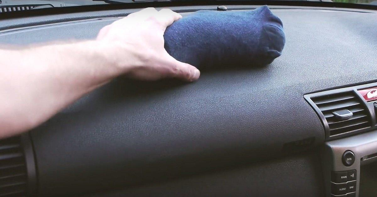 Он положил в носок наполнитель для кошачьего туалета и поместил его в машину. Потрясающий результат!