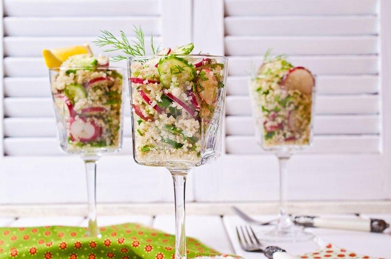 салат в винных бокалах