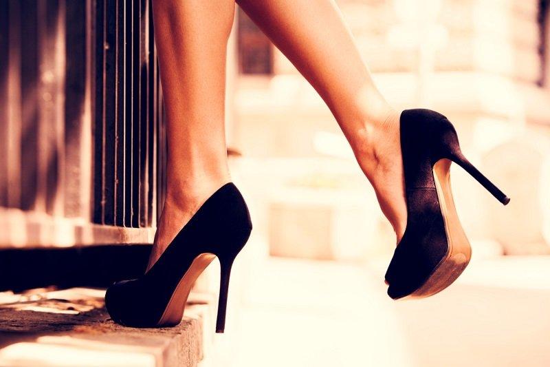 черные атласные туфли