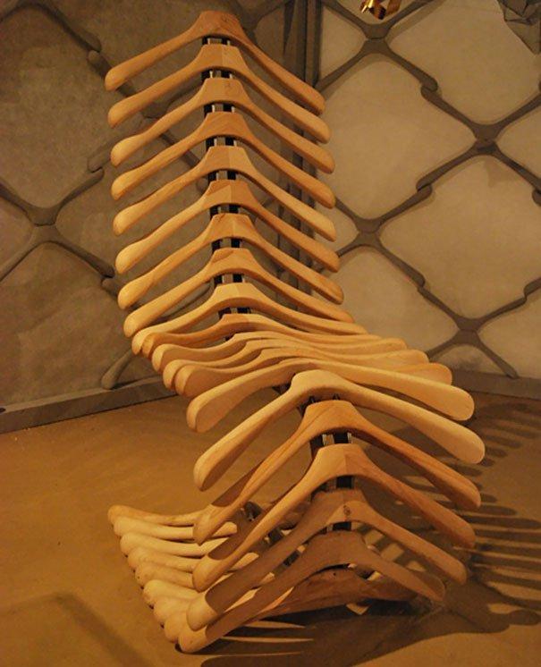 кресло из вешалок