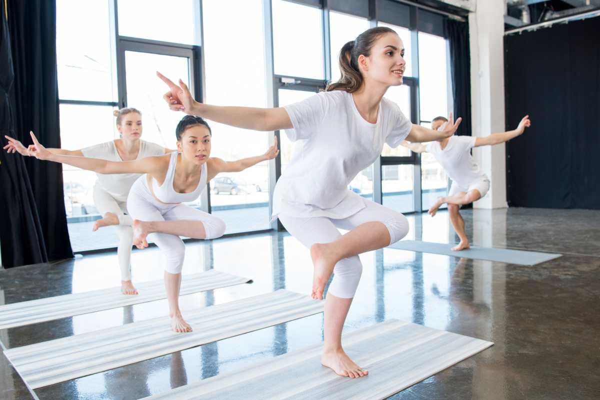 стойка на одной ноге йога