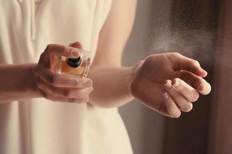 нанесение парфюма