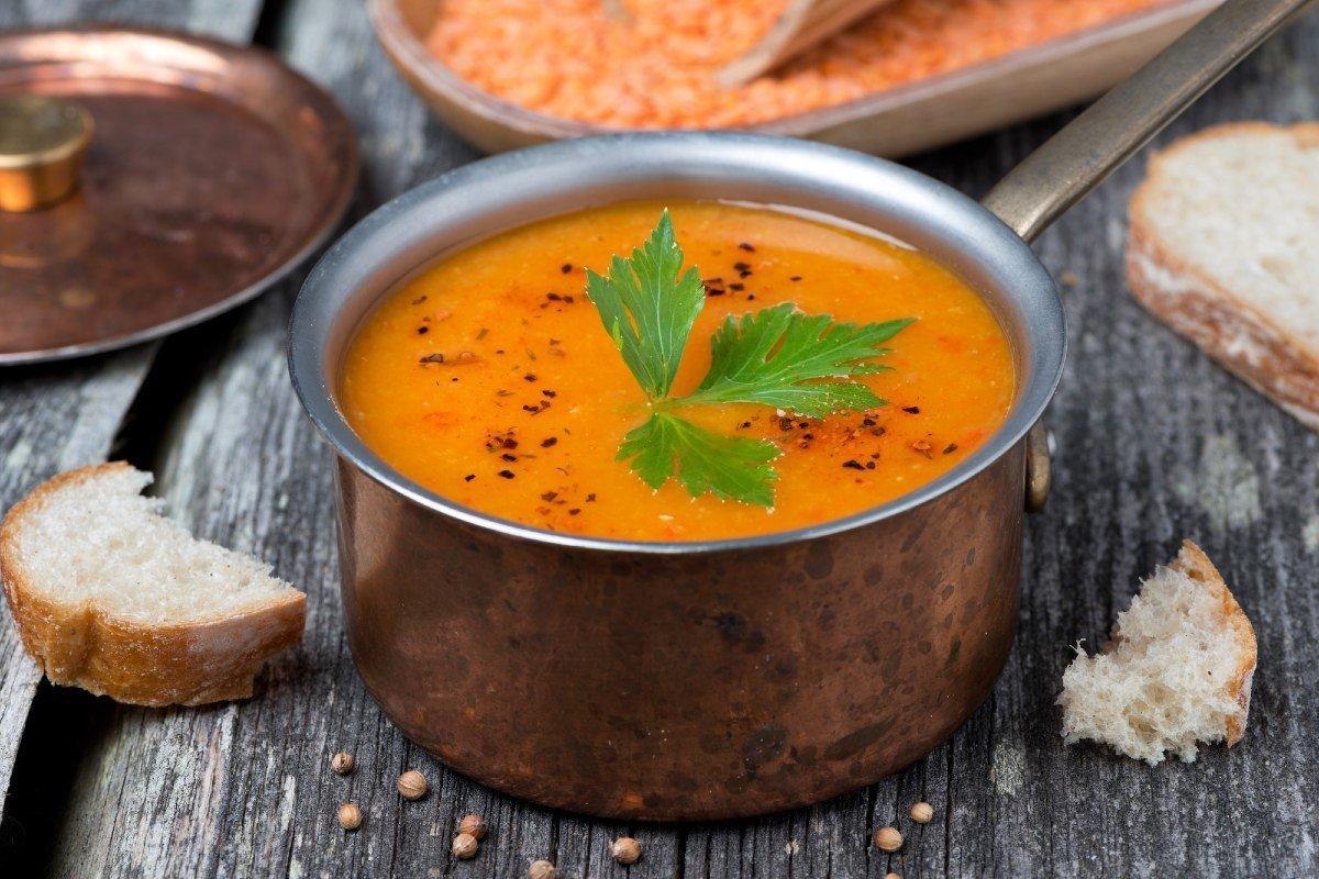 Окрошка надоела до ужаса, придумал летний суп, щедро посыпаю сухариками