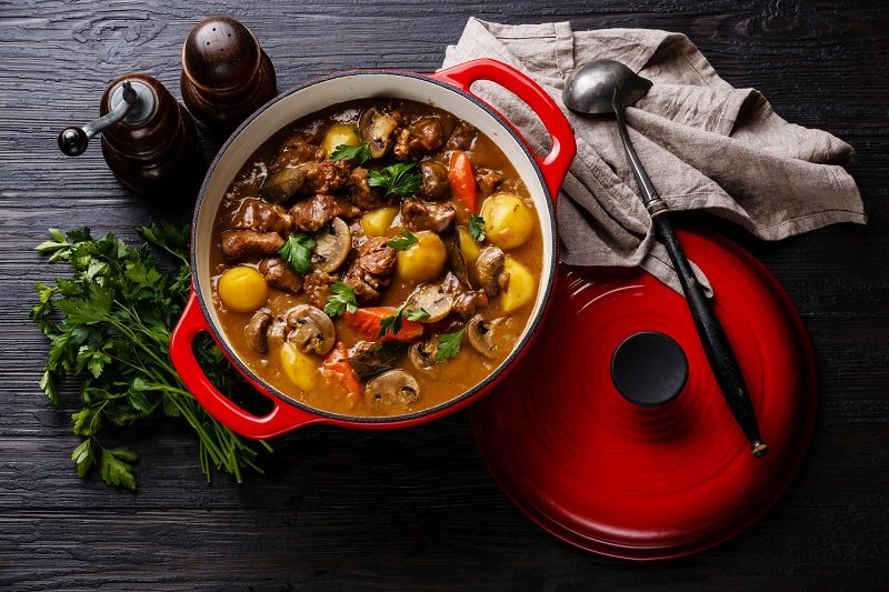 суп в керамическом горшке