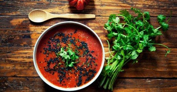 Прохлада в каждой ложке: 3 рецепта легких летних супов, которые не требуют варки.