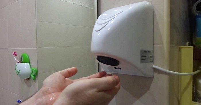 Вот почему сушить руки в туалете строго запрещено! Вместо этого…