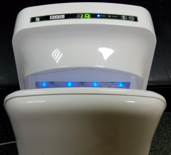 сушилка в общественном туалете