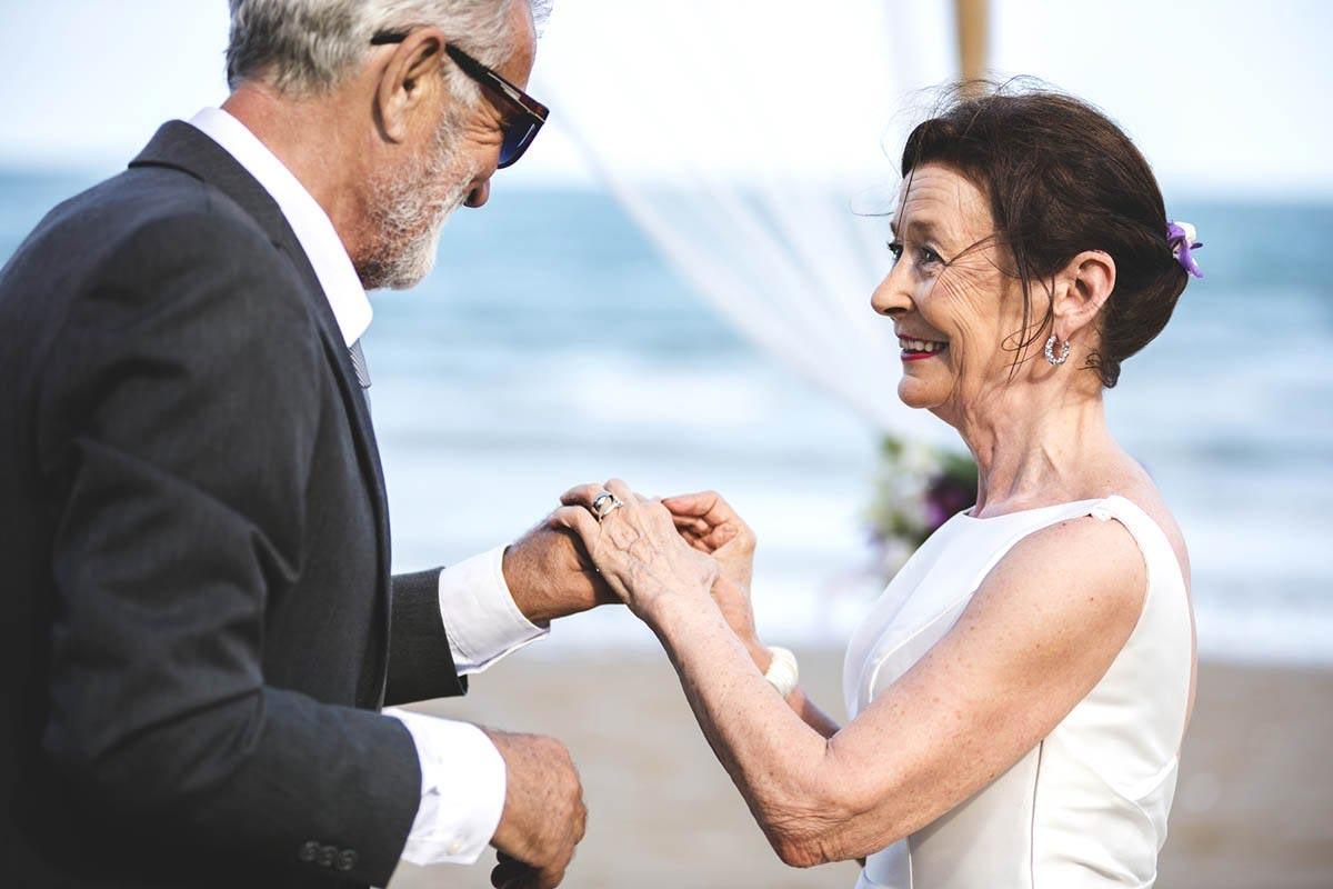 Вышла в 65 лет замуж за своего ровесника, да вот дети на свадьбу не пришли