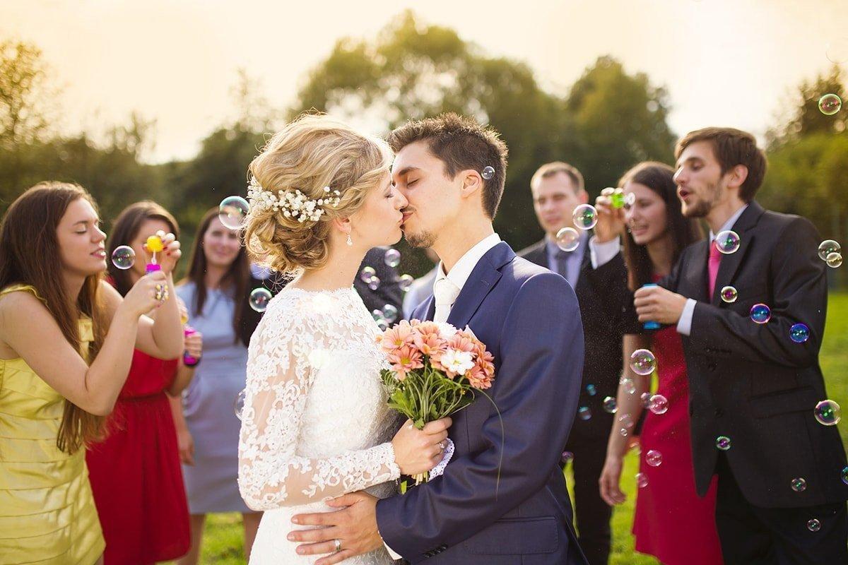 Что заставляет молодежь сослать подальше свадебные традиции предков