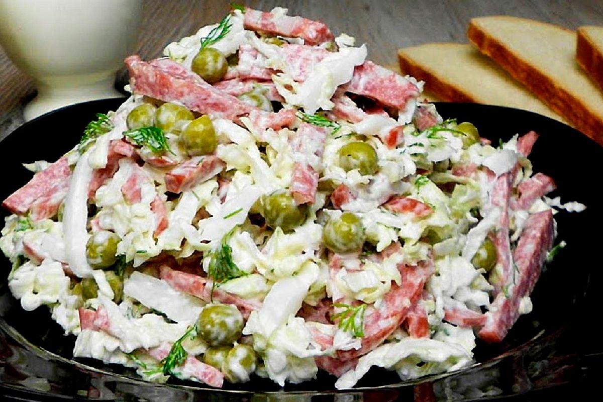 свежий салат с колбасой