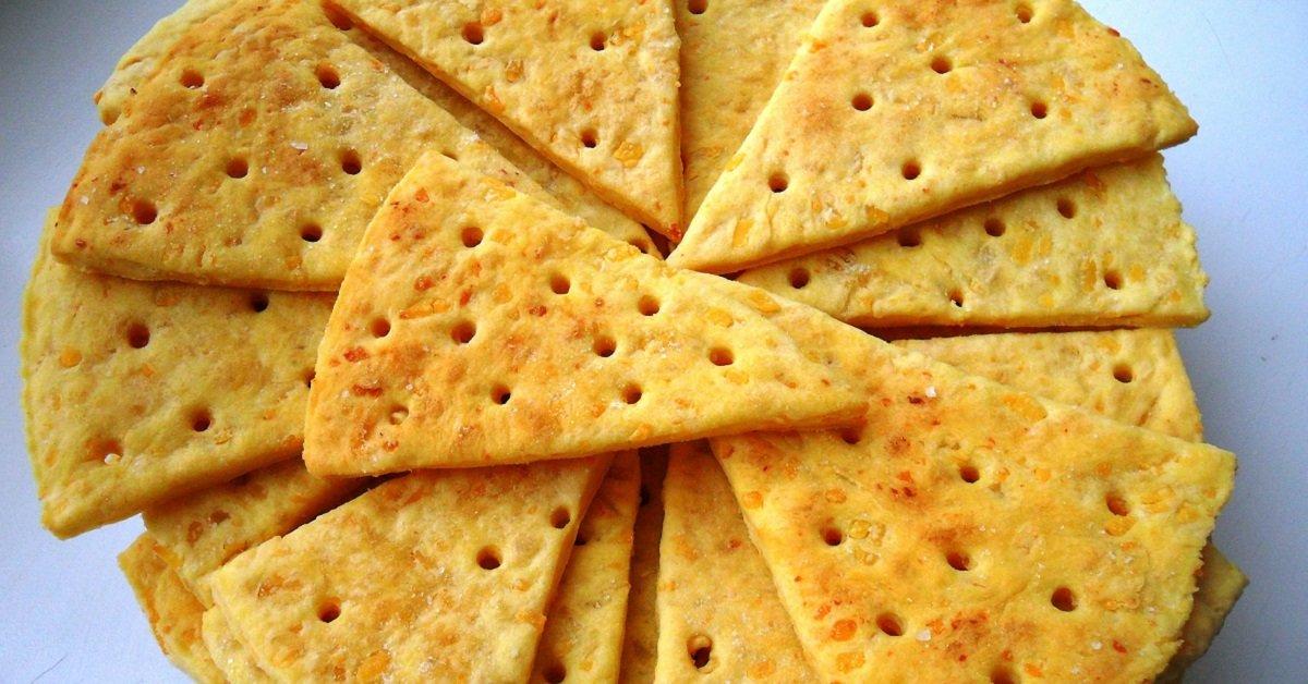 Невесомая закуска с ярко выраженным сырным вкусом. От таких крекеров не оторваться!