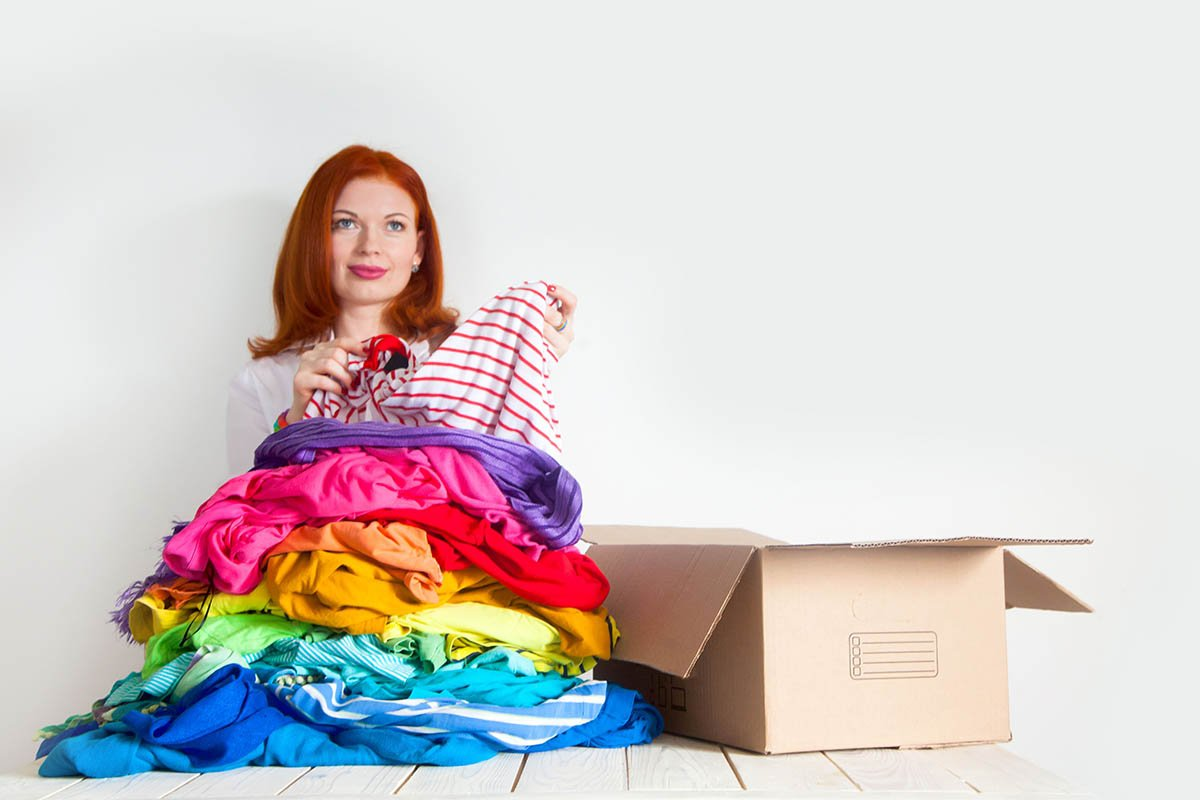 женщина собирает вещи